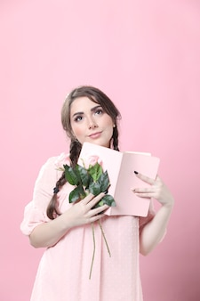 Mujer soñadora con rosas y libro