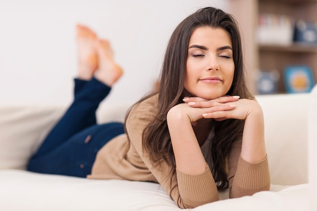 Mujer soñando acostada en el sofá