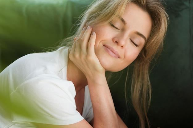 Mujer soñando despierta y planta borrosa