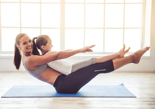 Mujer sonríe mientras hacen yoga juntos