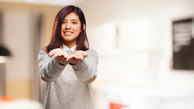 Mujer sonriendo con las manos extendidas