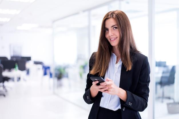 Mujer sonriendo con un móvil