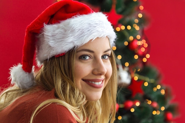 Mujer sonriendo con un sombrero de papa noel