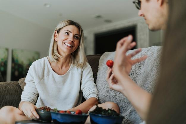 Mujer sonriendo a su dulce novio