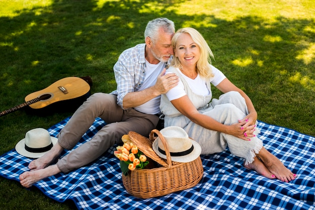 Mujer sonriendo con su hombre a su lado