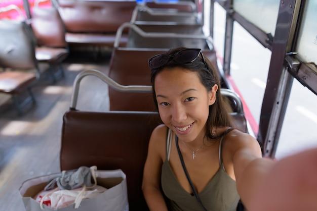 Mujer sonriendo y tomando selfie punto de vista personal