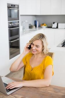 Mujer sonriendo trabajando desde casa