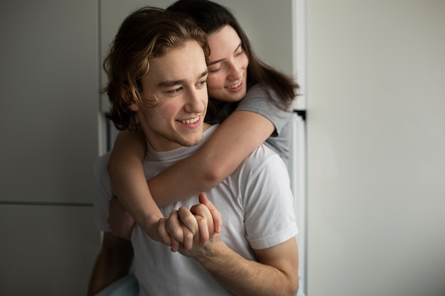 Mujer sonriente abrazando novio