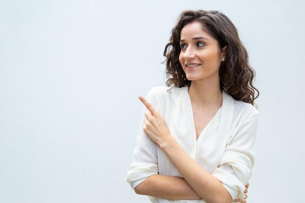 Mujer sonriente alegre compartiendo noticias