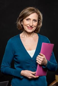 Mujer sonriente de alto ángulo con mapa