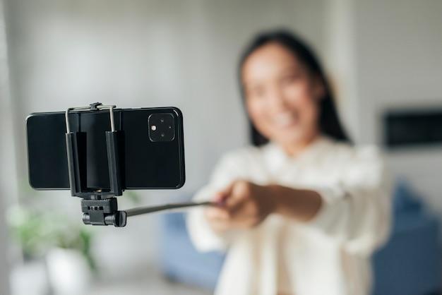 Mujer sonriente borrosa haciendo un vlog