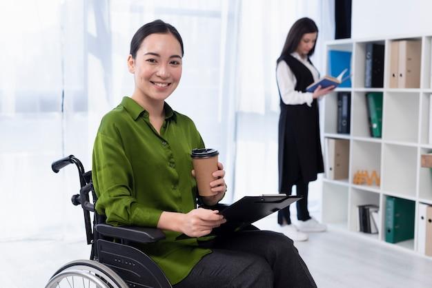 Mujer sonriente con café trabajando