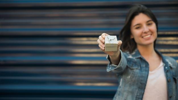 Mujer sonriente con caja actual