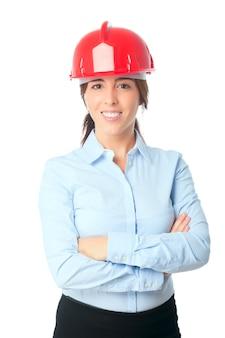 Mujer sonriente con el casco rojo