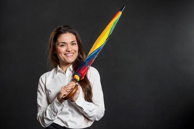 Mujer sonriente con coloridos paraguas