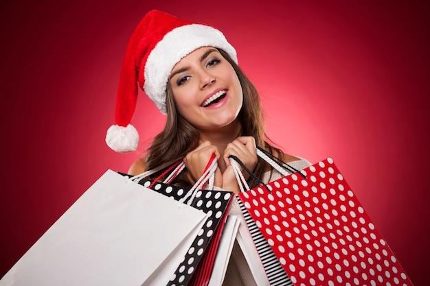 Mujer sonriente con compras navideñas