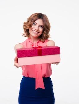 Mujer sonriente dando caja de regalo en la cámara