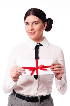 Mujer sonriente dando una tarjeta de visita