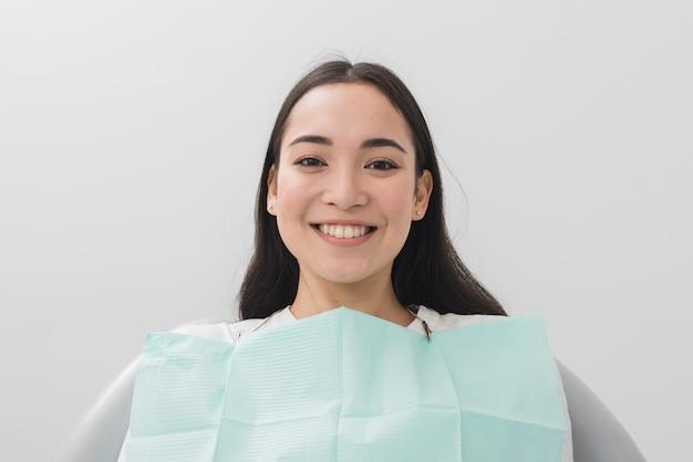 Mujer sonriente en el dentista