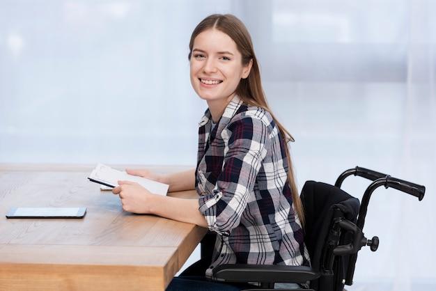 Mujer sonriente con discapacidad