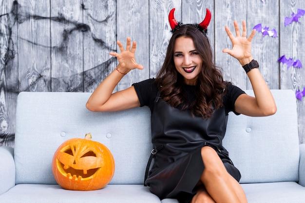 Mujer sonriente en disfraces de halloween