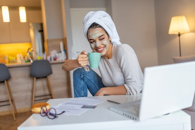 Mujer sonriente disfruta de la mañana.