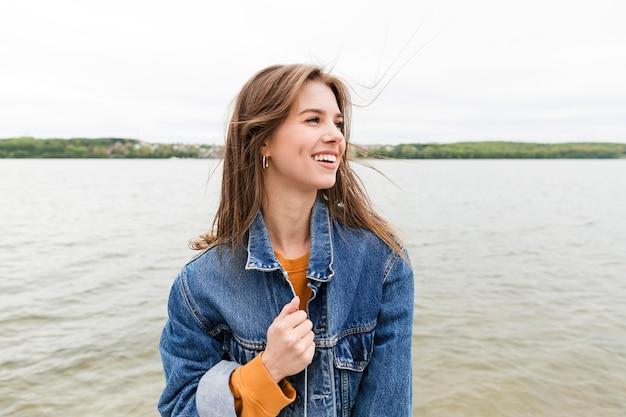 Mujer sonriente disfrutando de la brisa marina