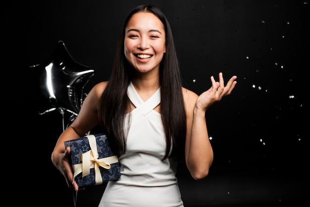 Mujer sonriente divirtiéndose en la fiesta de año nuevo