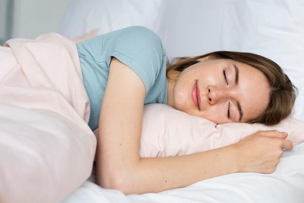 Mujer sonriente durmiendo pacíficamente