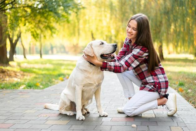 Mujer sonriente enamorada de su perro