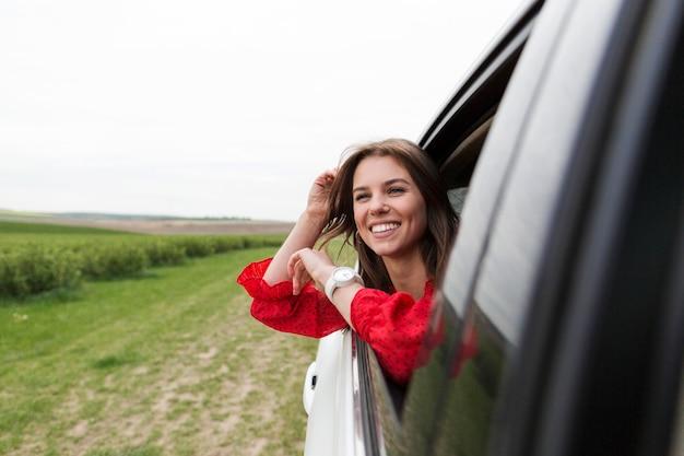 Mujer sonriente, equitación, coche