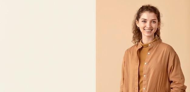 Mujer sonriente con espacio de copia de ropa de otoño