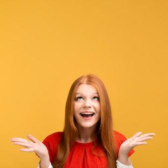 Mujer sonriente con espacio de copia
