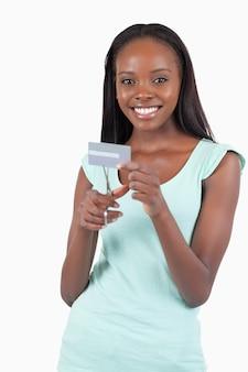 Mujer sonriente feliz destruyendo su tarjeta de crédito