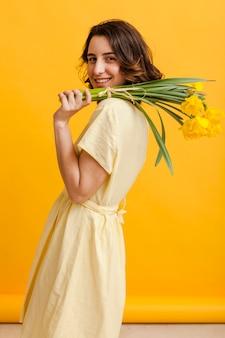 Mujer sonriente con flores