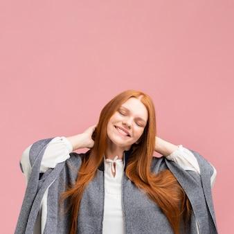 Mujer sonriente con fondo rosa