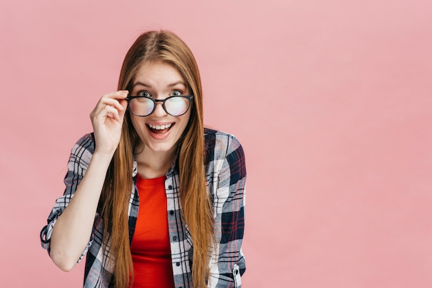 Mujer sonriente con gafas mirando a la cámara
