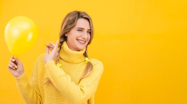 Mujer sonriente con globo