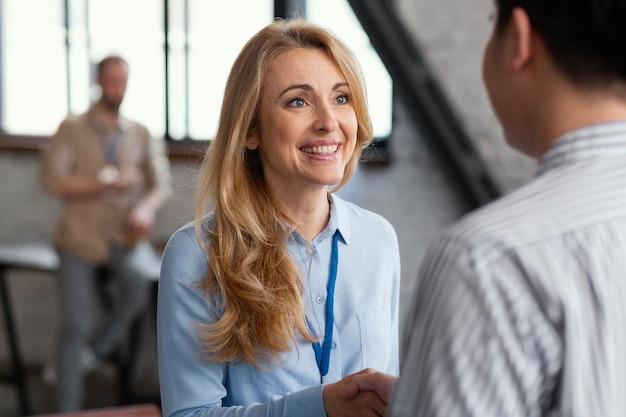 Mujer sonriente hablando con el hombre de cerca