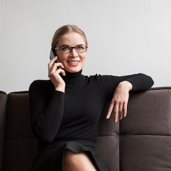 Mujer sonriente hablando en el teléfono