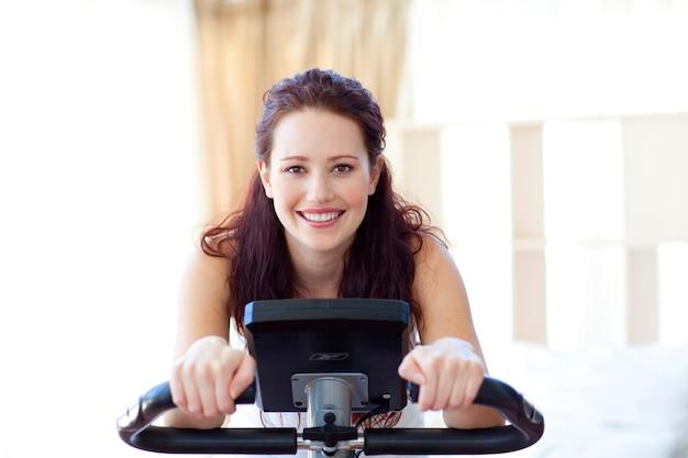 Mujer sonriente haciendo girar en casa