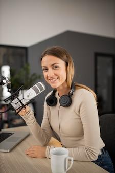 Mujer sonriente haciendo radio