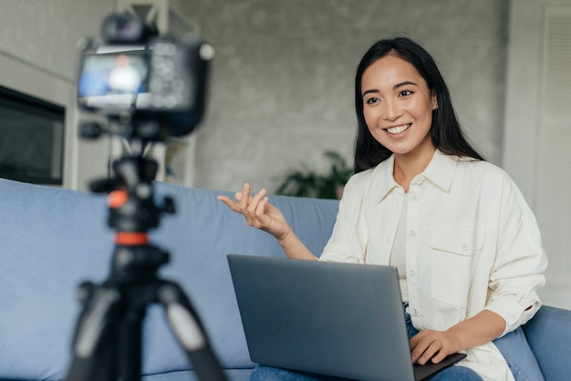 Mujer sonriente haciendo un vlog