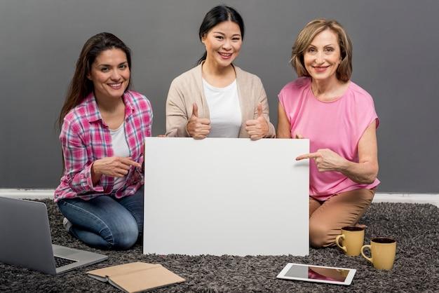 Mujer sonriente con hoja de papel en blanco