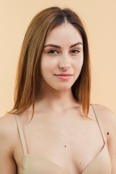 Mujer sonriente joven pelirroja en sujetador