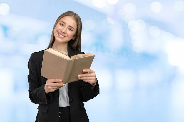 Mujer sonriente con libros