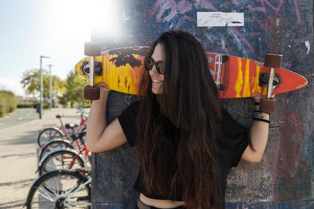 Mujer sonriente con longboard