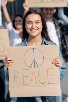 Mujer sonriente manifestando con activistas