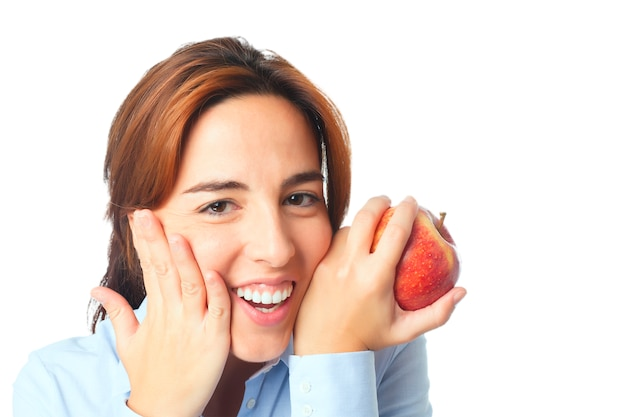 Mujer sonriente con una manzana roja
