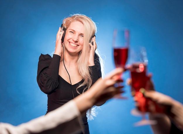 Mujer sonriente mezclando música para fiesta